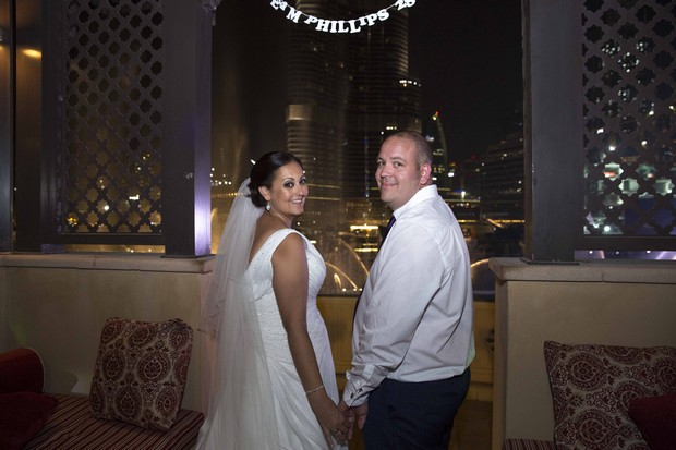 dubai-real-wedding-bride-and-groom-cute-sign