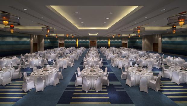 Jumeirah_Beach_Hotel_-_Safinah_Ballroom_-_Dinner_Set-up_-_Center_View-weddings